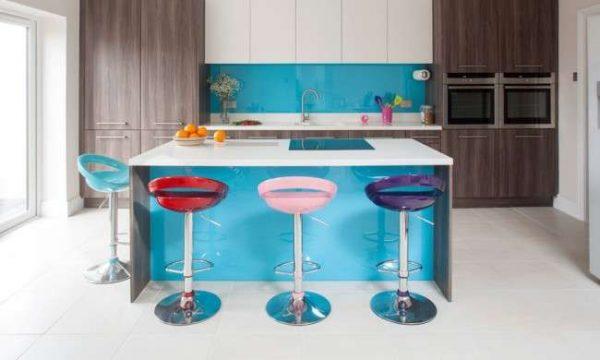 сочетание голубого с другими холодными цветами в интерьере кухни
