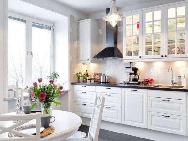 сочетание белого цвета с ярким декором в интерьере кухни