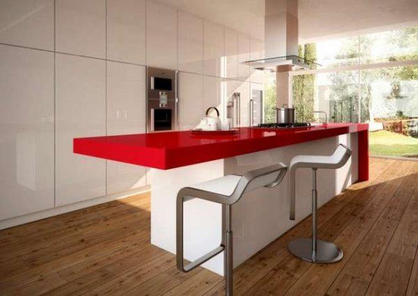 красная столешница в интерьере белой кухни