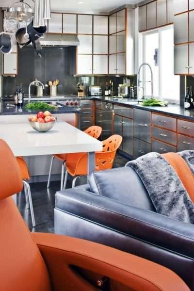 сочетание оранжевого цвета с металлическими деталями в интерьере кухни