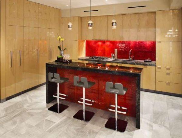 сочетание красного с песочным в интерьере кухни