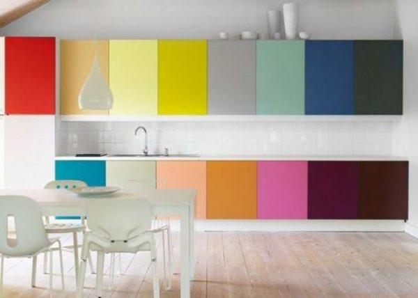 сочетание различных цветов в интерьере кухни