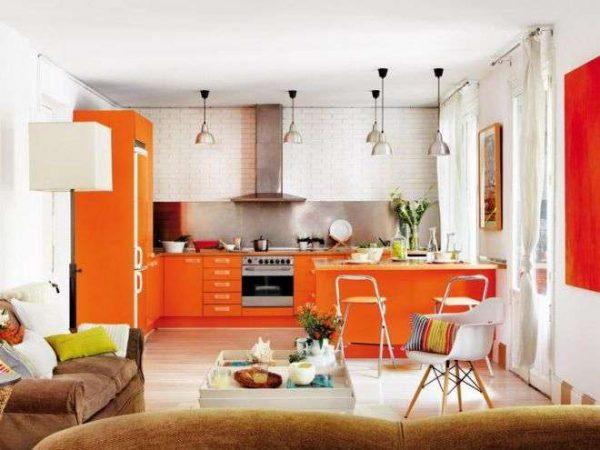 сочетание оранжевого с белым в интерьере кухни
