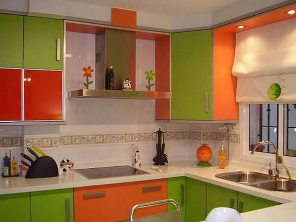 красный, зелёный, оранжевый в интерьере кухни