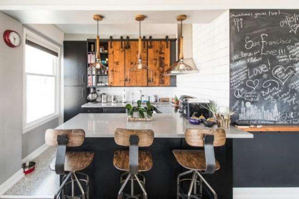 интерьер деревянной кухни в современном стиле со стеной, где можно рисовать