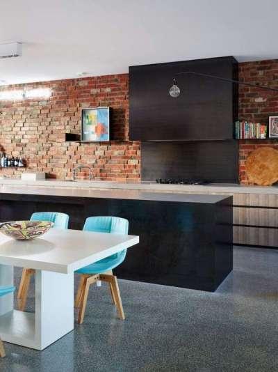 голубые стулья и кирпичная стена на современной кухне