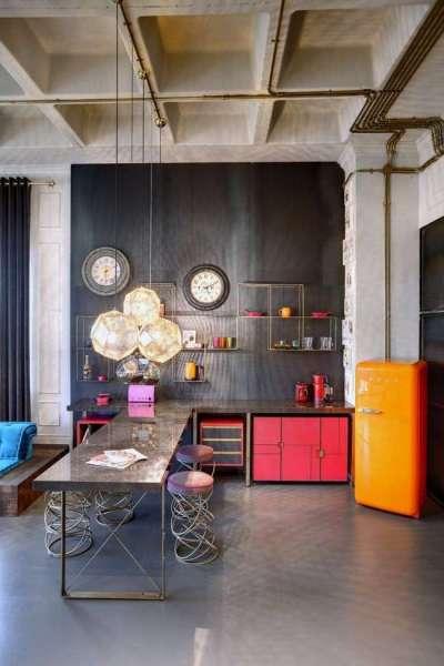 интерьер яркой кухни в современном стиле