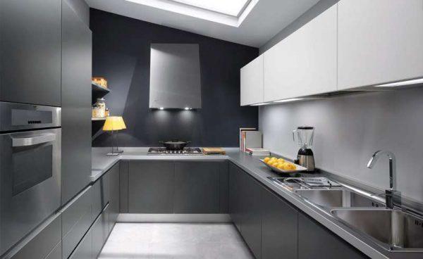 Интерьер кухни в современном стиле с хромированными вставками