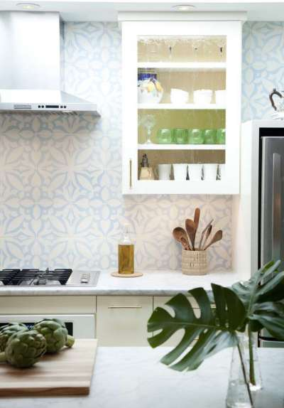 навесной шкаф на кухне в средиземноморском стиле