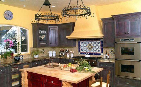 стены песочного цвета на кухне в средиземноморском стиле