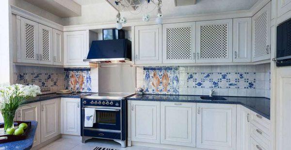белый гарнитур на кухне в средиземноморском стиле