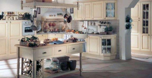 угловая бежевая кухня в средиземноморском стиле