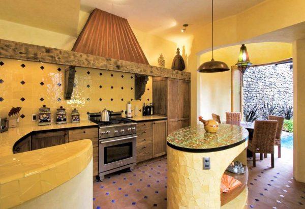 песочный цвет на кухне в средиземноморском стиле