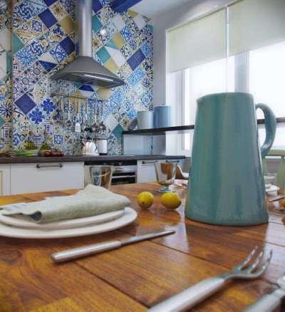 фартук синий в средиземноморском стиле в интерьере кухни