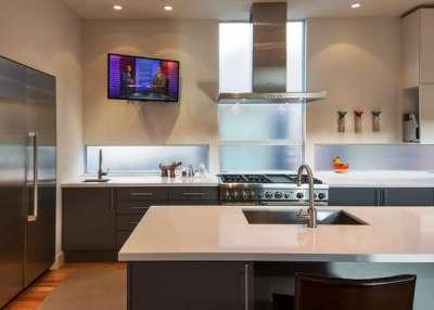телевизор на кухне на поворотном кронштейне