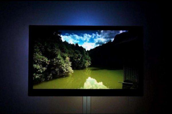 телевизор на кухне с подсветкой