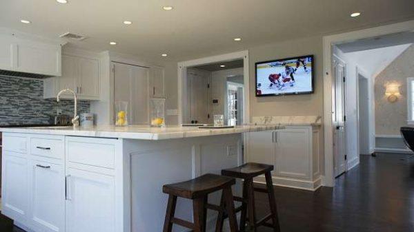 телевизор на стене светлой кухни