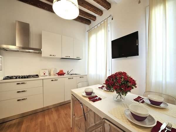 бежевая кухня с телевизором