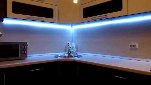 угловая кухня эконом класса со светодиодными лентами