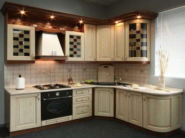 угловая кухня эконом класса в классическом стиле