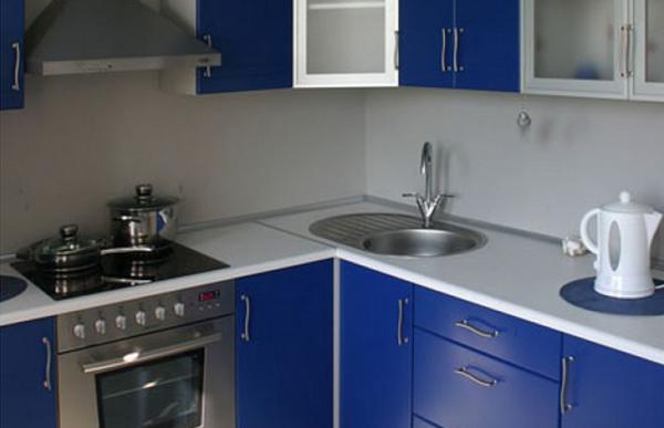 синяя недорогая угловая кухня