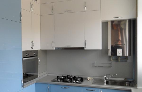 бело-голубая угловая кухня