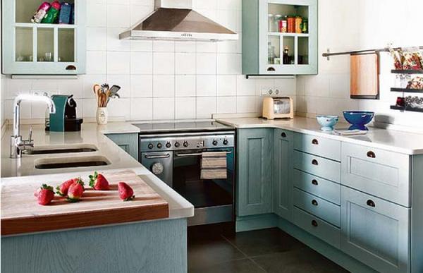 голубое дерево на угловой кухне для малогабаритной кухни
