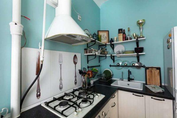 белая угловая кухня с голубыми стенами