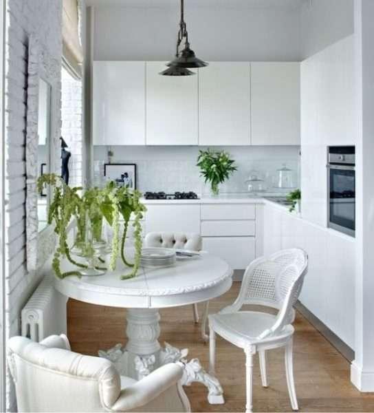 белый интерьер малогабаритной угловой кухни
