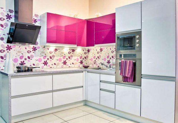 розовые шкафы на угловом гарнитуре кухни