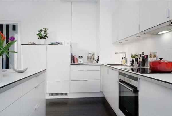 белая кухня с угловым гарнитуром