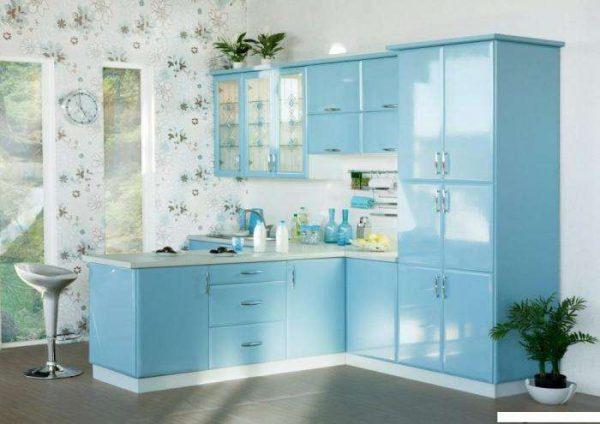 маленькая угловая голубая кухня