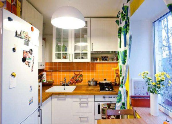 угловой гарнитур на маленькой кухне с жёлтым фартуком