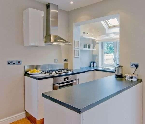 п-образная белая кухня для малогабаритной кухни с балконом