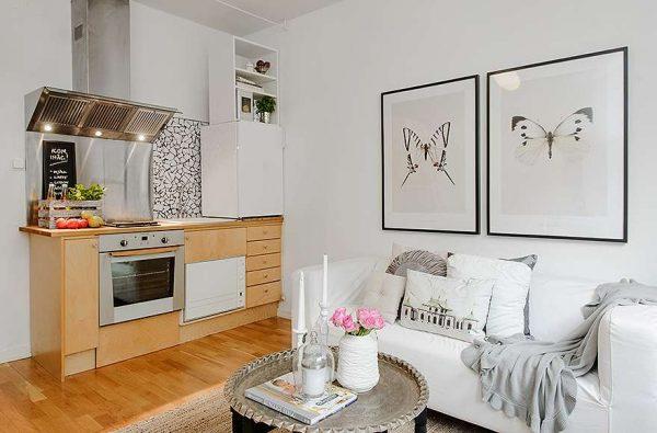 интерьер кухни гостиной с картинами на стене