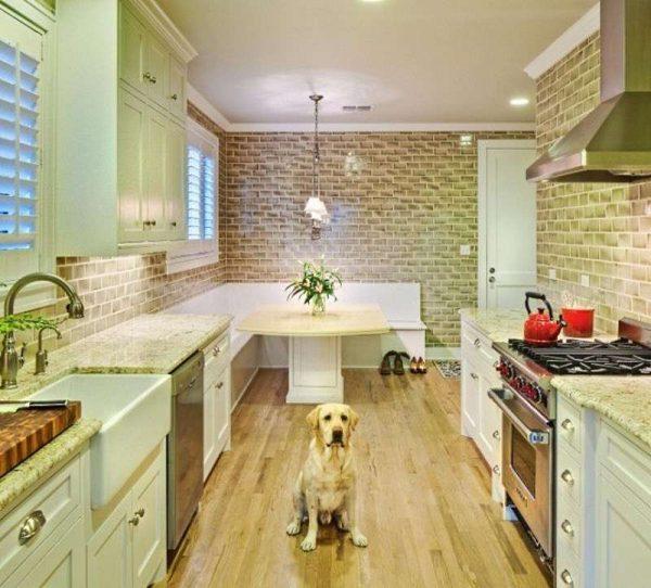 интерьер кухни столовой с параллельной планировкой