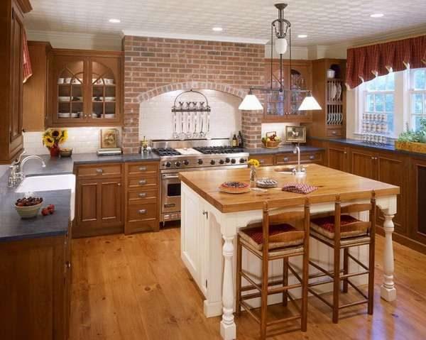 кирпичная кладка на кухне с деревянным гарнитуром