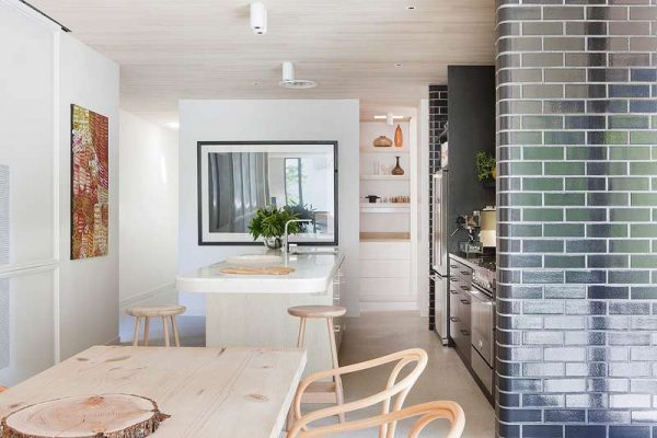 стильная кирпичная стена на кухне минимализм