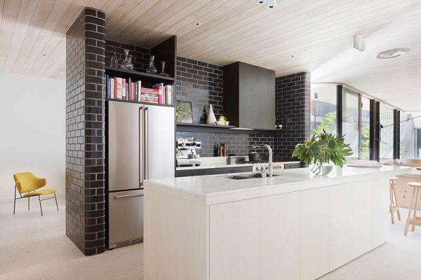 Дизайн кухни минимализм с кирпичной стеной