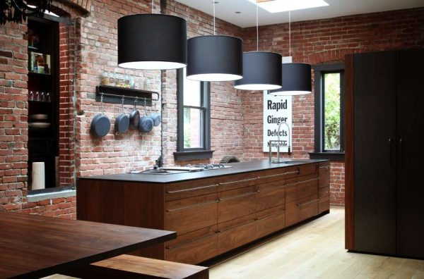 освещение на кухне с кирпичной стеной