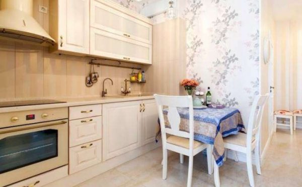 обои в интерьере светлой кухни в классическом стиле