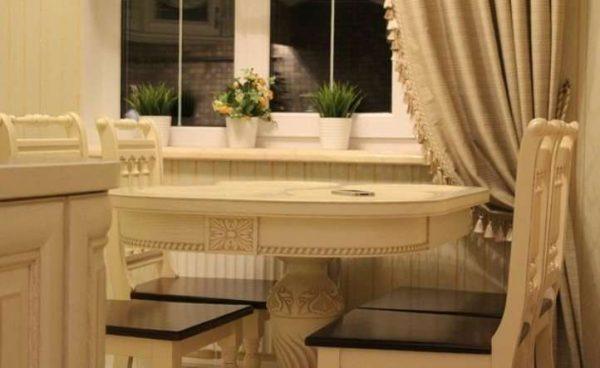 обеденный стол в интерьере светлой кухни классика
