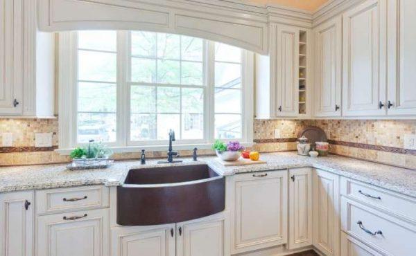 оформление окна на кухне в классическом стиле