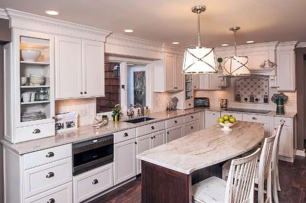мрамор в интерьере светлой кухни в классическом стиле