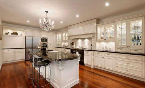 полы из ламината в интерьере белой кухни в классическом стиле