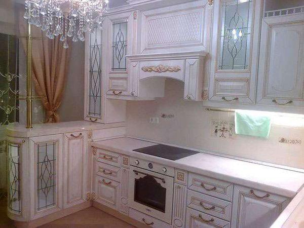 светлая кухня в классическом стиле в квартире