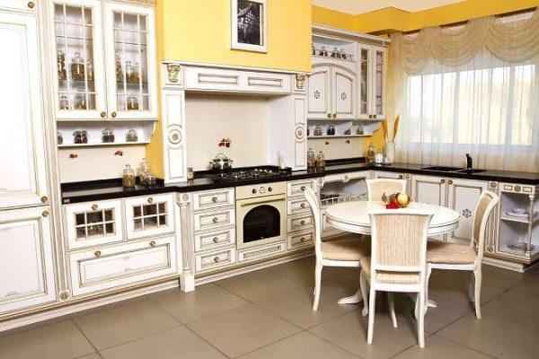 жёлтые стены в интерьере светлой кухни в классическом стиле