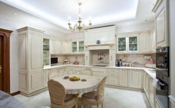 светлая кухня в классическом стиле с круглым столом