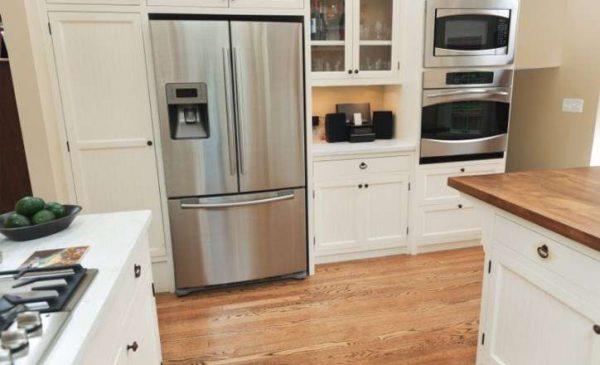 холодильник в интерьере светлой кухни в классическом стиле