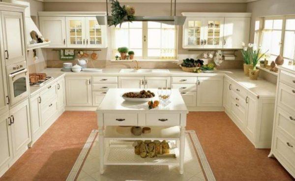 интерьер классической кухни в светлых тонах